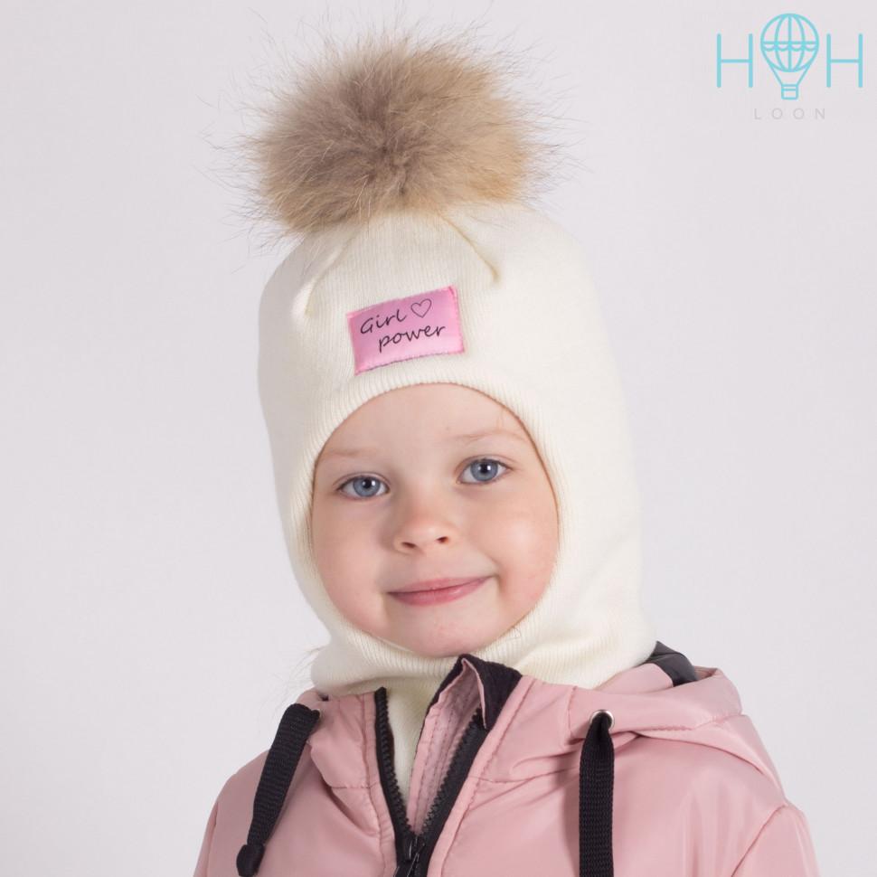"""ШЗ20-06111703-1 Зимняя шапка-шлем с натуральным помпоном из енота и нашивкой """"Girl power"""", молочный"""